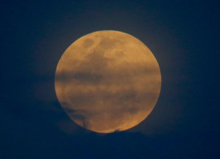 La luna se eleva en un fenómeno que combina una superluna, una luna azul y un eclipse lunar total, como se ve en la ciudad de Legazpi, provincia de Albay, a unos 340 kilómetros al sureste de Manila, Filipinas, el miércoles 31 de enero de 2018