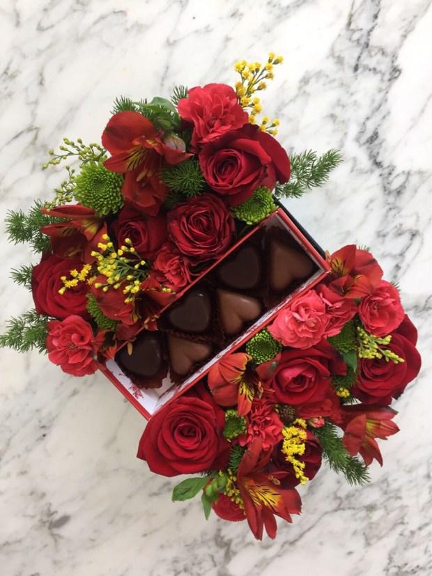 La diseñadora preparó arreglos combinados en cajas con bombones de chocolates centrados en medio de rosas rojas(Mumiphotos)