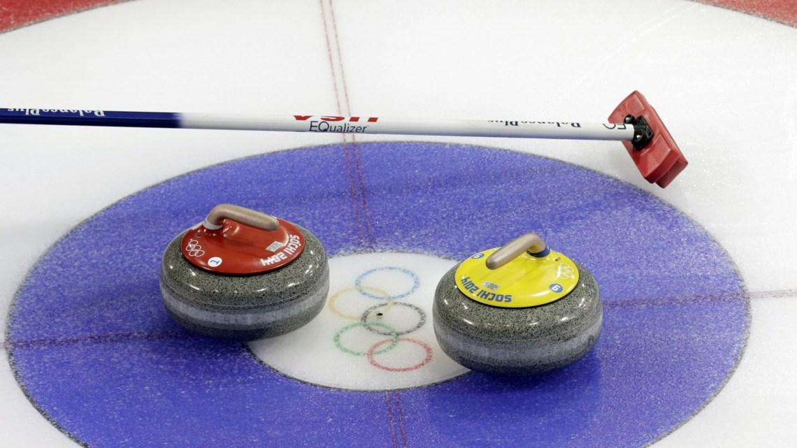 La escoba y dos piedras, los objetos que forman parte del juego (Reuters)