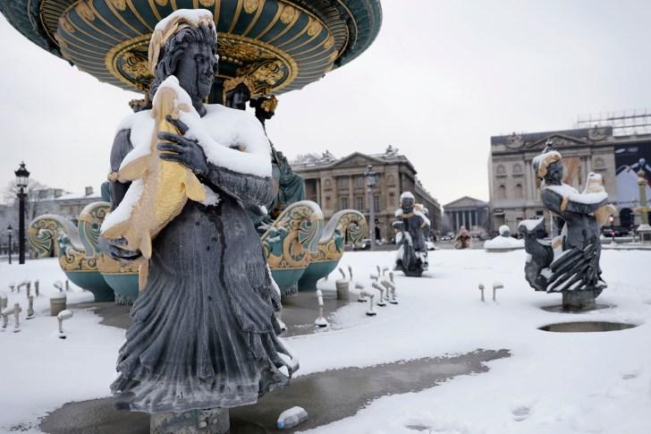 يقع فندق بلاس دي لا كونكورد مع نوافيره المغطاة بالثلوج