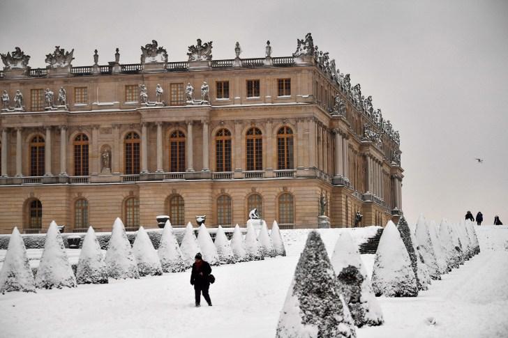 قصر فرساي، مع حدائق تقليدية مغطاة باللون الأبيض