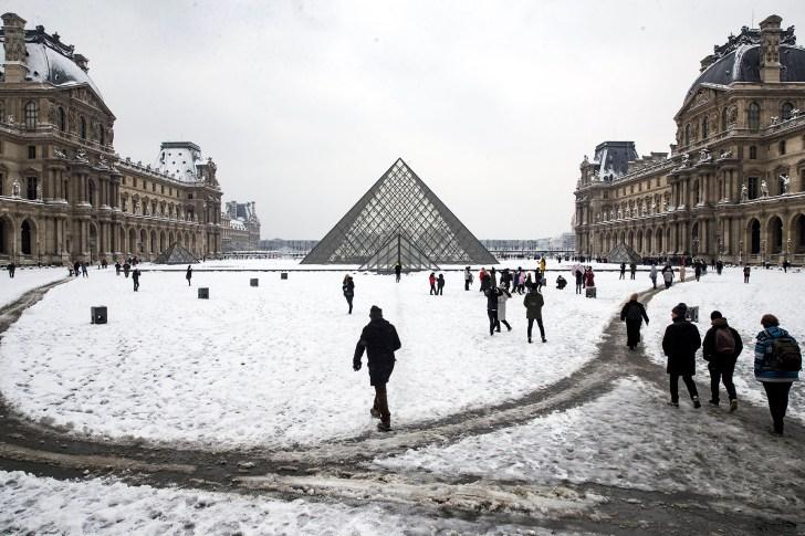 هرم اللوفر والمسارات التي رسمت في منتصف السجادة البيضاء الباريسية