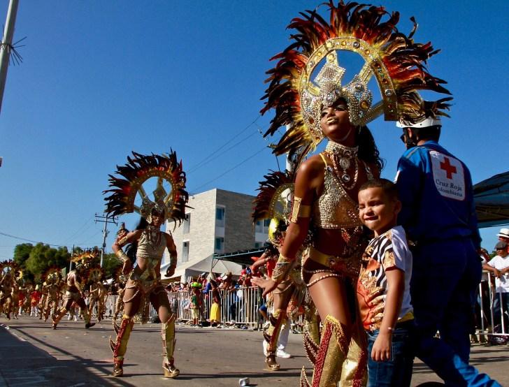 Este niño se saltó las barandas para pedirle una foto a la bailarina de un grupo de ritmos africanos