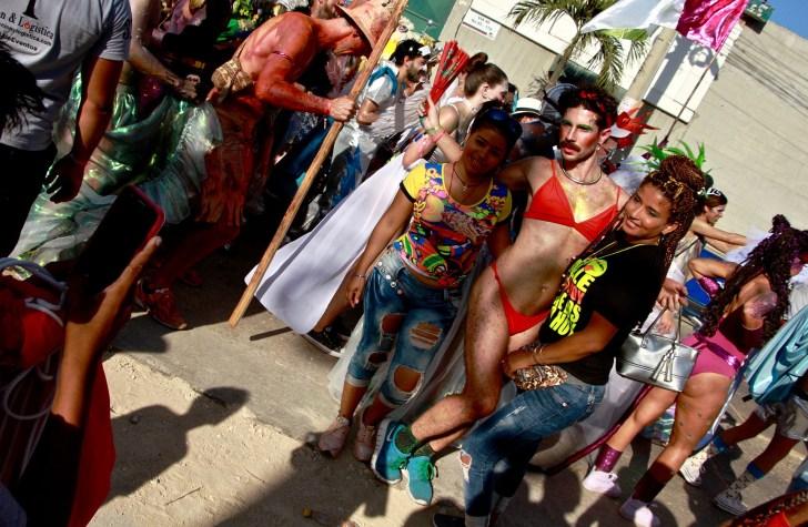 اثنين من المساعدين إلى موكب تخطي السياج لالتقاط صورة مع واحدة من الراقصات من كومبارزا لا بونتيكا لا ما '