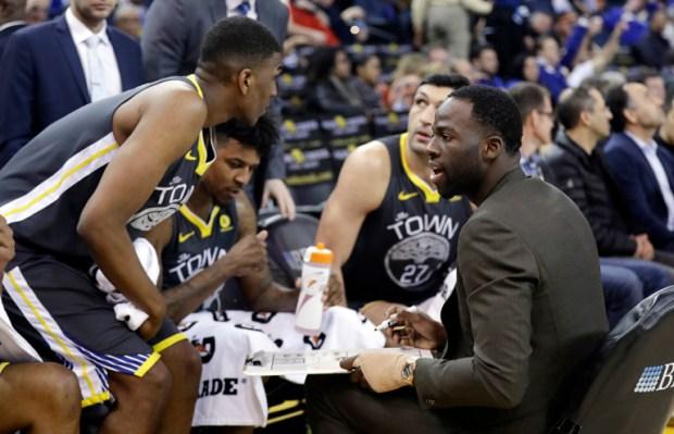 Draymond Green, de Golden State Warriors,explica a sus compañeros la jugada a aplicar ante Phoenix Suns(AP)