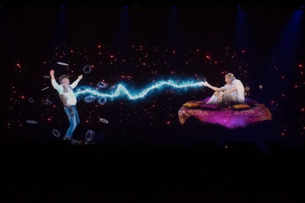 Durante la fiesta Far West se proyectó un holograma en 3D que representaba el duelo entre Cronos y Kairós, las formas del tiempo según los griegos