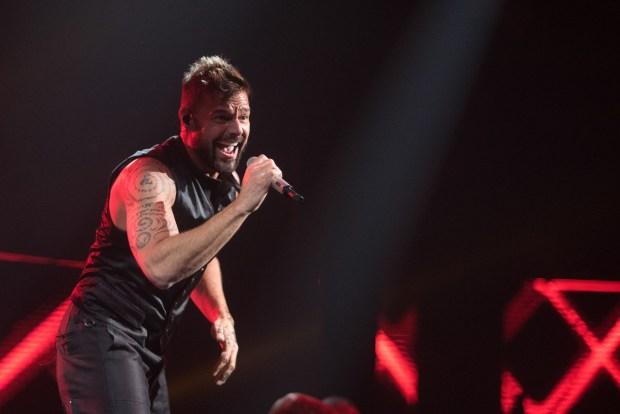 El cantante puertorriqueño Ricky Martin fue el primero en presentarse e hizo vibrar a los invitados con 10 de sus mejores éxitos