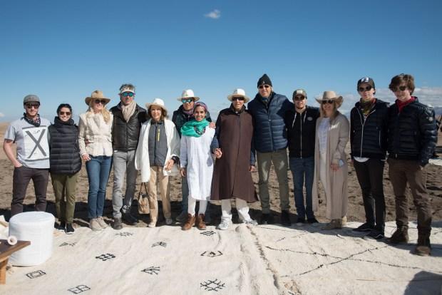 Alejandro Roemmers junto a su familia en el desierto de Agafy con la cordillera del Atlas