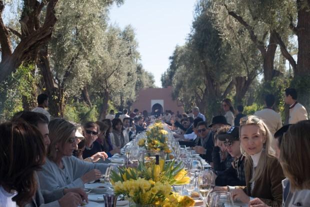 Luego de la ceremonia religiosa se llevó a cabo un multitudinario almuerzo al aire libre en los jardines del hotel La Mamounia