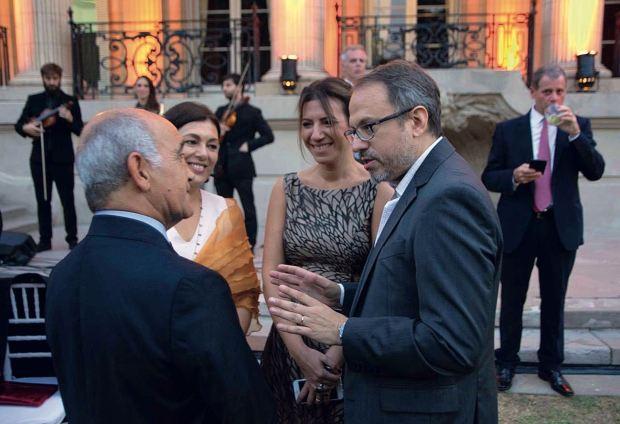 Daniel Salvador, vicegobernador de Buenos Aires, y Diego Valenzuela, intendente de Tres de Febrero, junto a sus esposas. (Foto Marcelo Espinosa/GENTE)