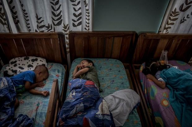 Niños durmiendo en Bambi Home, en Caracas (Venezuela) (The Washington Post / Alejandro Cegarra)