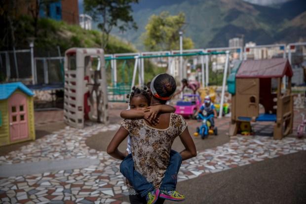 Dayana Silgado visita a su hija en Fundana, un orfanato sin ánimo de lucro de Caracas (Venezuela) (The Washington Post / Alejandro Cegarra)