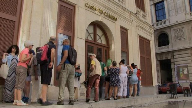 Turistas hacen fila para cambiar sus dólares por Pesos Cubanos Convertibles, o CUC
