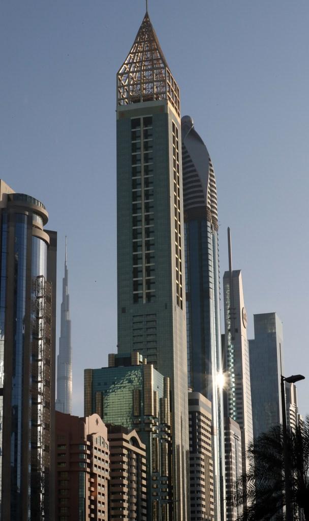 El Gevora Hotel ocupa una torre de 75 pisos de color dorado (AFP PHOTO / KARIM SAHIB)