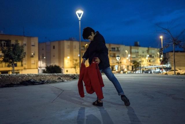The Boys and the Bulls – Los chicos y los toros: apesar de la caída en la popularidad de la tauromaquia, los jóvenes de Almería, España, continúan aprendiendo habilidades en una escuela taurina local tres veces a la semana, y cuando no están en el ruedo continúan sus esfuerzos en las calles de la ciudad. (Nikolai Linares Larsen, Dinamarca)