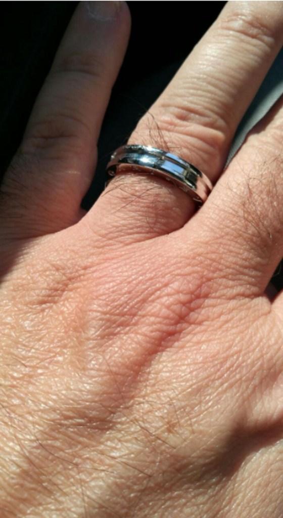 """El conductor de """"Nosotros a la Mañana"""" ya luce el anillo en su dedo anular izquierdo"""
