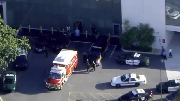 Las autoridades policiales rodearon la escuela durante el ataque. (Reuters)