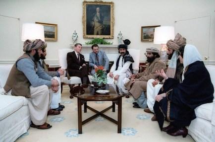 El presidente de los Estados Unidos en ese entonces, Ronald Reagan, recibe a rebeldes afganos en la Casa Blanca en 1982 (Ronald Reagan Presidential Library)