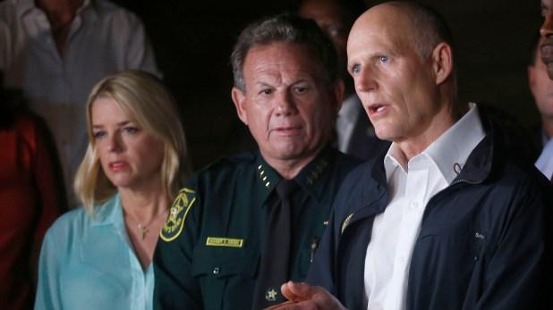 Rick Scott en la conferencia de prensa tras la masacre en la escuela secundaria de Parkland. (AP)