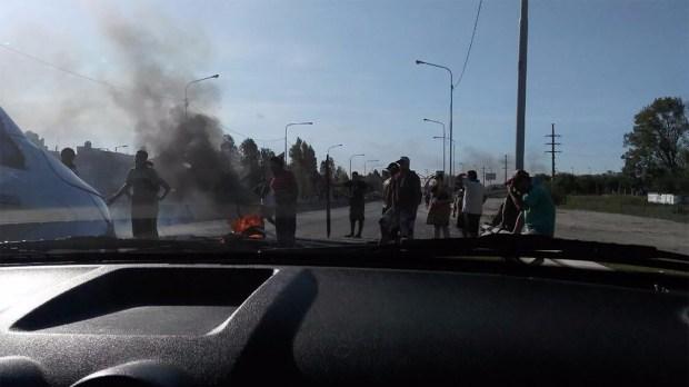 Un grupo de vecinos cortó totalmente el tránsito en la autopista Buenos Aires-La Plata.