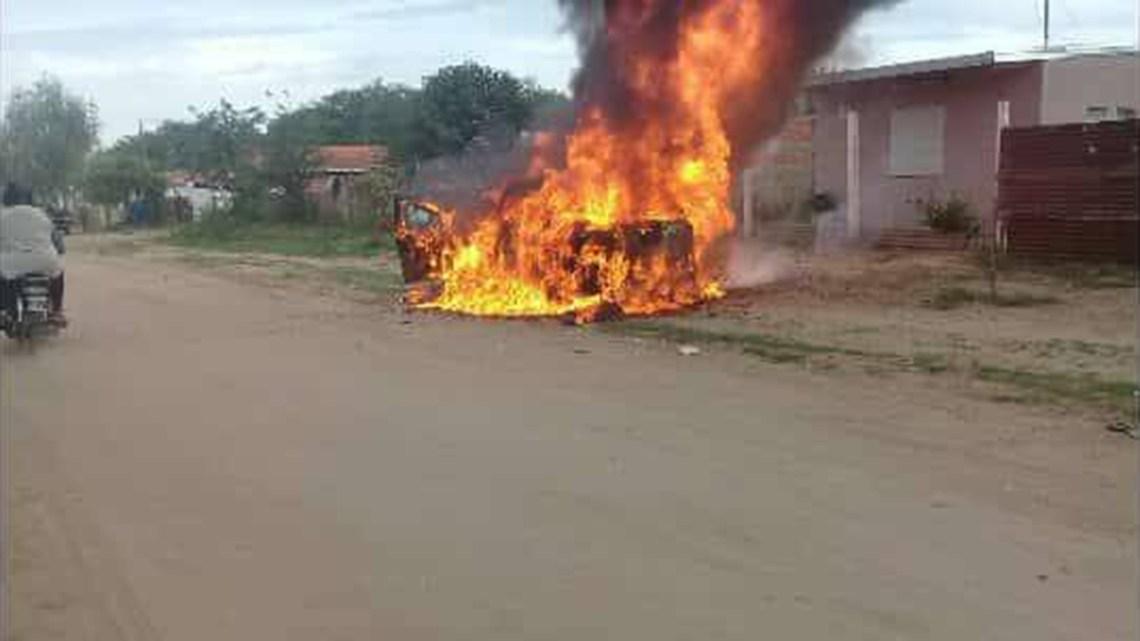 Los vecinos incendiaron un patrullero
