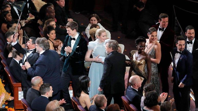 Durante la ceremonia de los Oscar, Guillermo del Toro, Lupita Nyong'o, Gal Gadot y Margot Robbie, entre otros, repartieron caramelos a los presentes