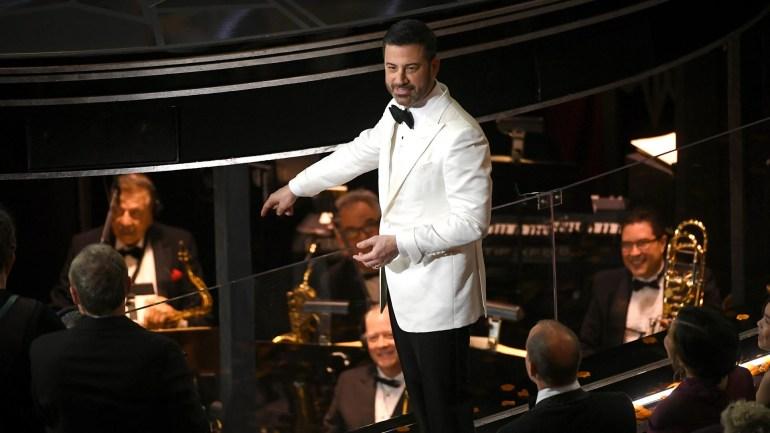 Jimmy Kimmel se cambió de vestuario durante la ceremonia de los Oscar y lució un saco blanco con moño negro