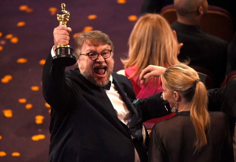 """Guillermo del Toro celebrando su Oscar como Mejor Directorpor """"La forma del agua"""""""