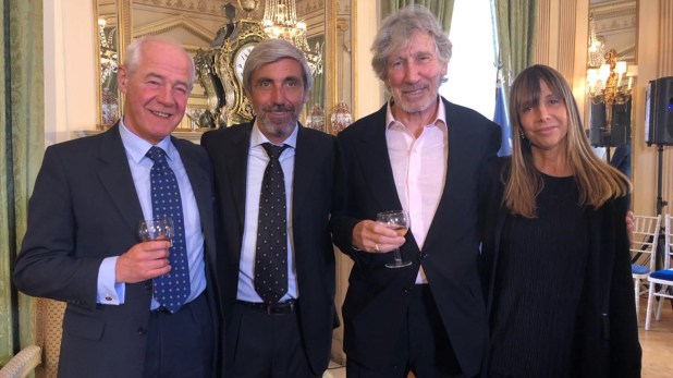 El coronel Geoffrey Cardozo, el veterano Julio Aro, Roger Waters y la Directora Editoral de Infobae, Gaby Cociffi, fueron distinguidos el 9 de marzo en Londres con Una Rosa por la Paz por su trabajo humanitario por la identificación de los caídos en Malvinas