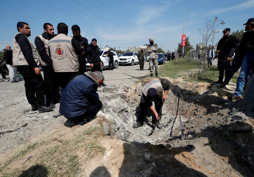 Agentes revisan la zona de la explosión (Reuters)