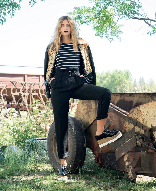 Campera de cuero ($ 14.485, AY Not Dead), remera rayada ($ 550, Estancias), pantalón de cintura alta con lazo ($ 3.000, Vitamina) y mocasines con plataforma corrida (Belsoulye).
