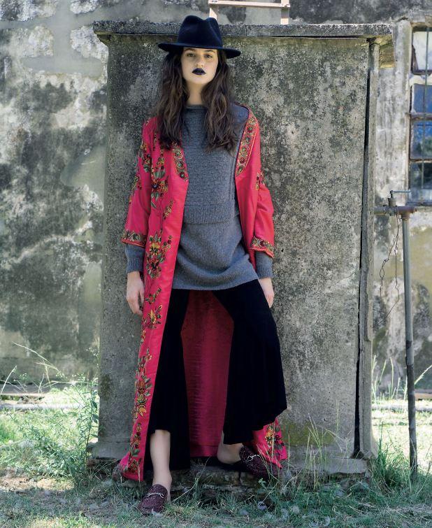 Kimono de seda bordado ($ 13.000, Rapsodia), maxisuéter (Vitamina), pantalón de gamuza patade elefante ($ 13.000, Uma) y slippers de glitter ($ 3.349, Paruolo).