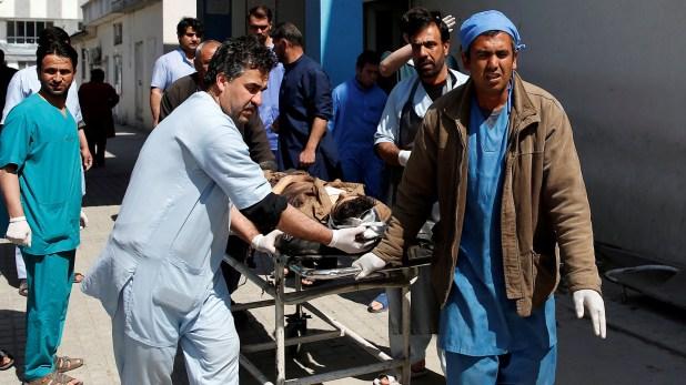 Un herido es transportado por los paramédicos (Reuters)
