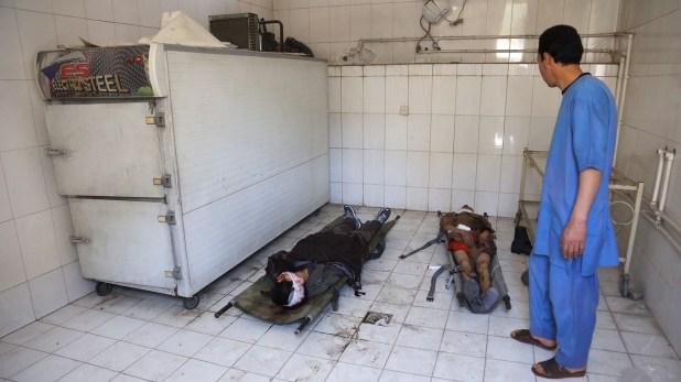 Dos de las víctimas del ataque terrorista, en el hospital (AP/ Rahmat Gul)