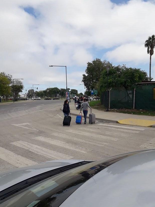 Viajeros ingresan a pie al Aeroparque