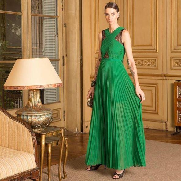 Vestido verde de falda plisada con detalles en negro de BCBG