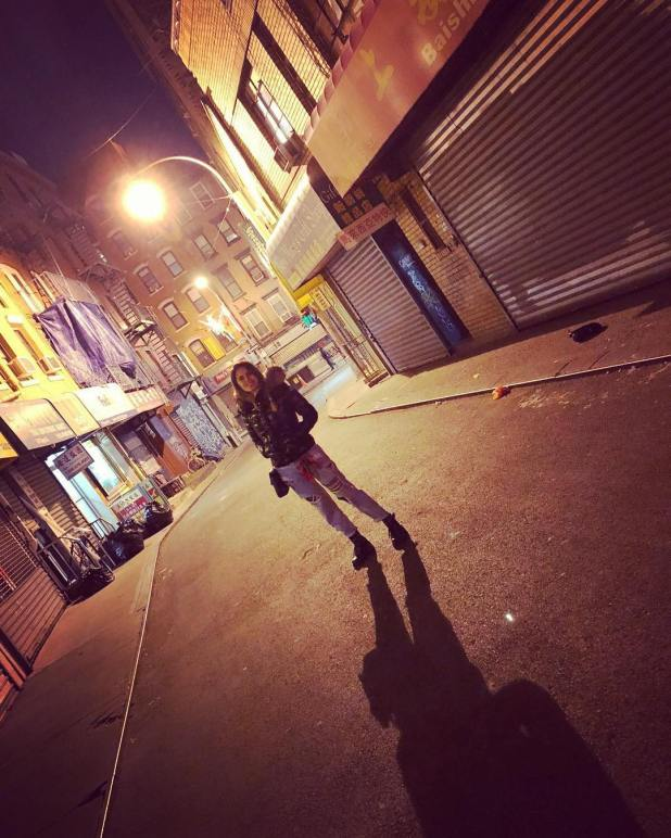 Silvina Luna en la calle del misterioso Aphotéke Bar. (Foto Instagram)