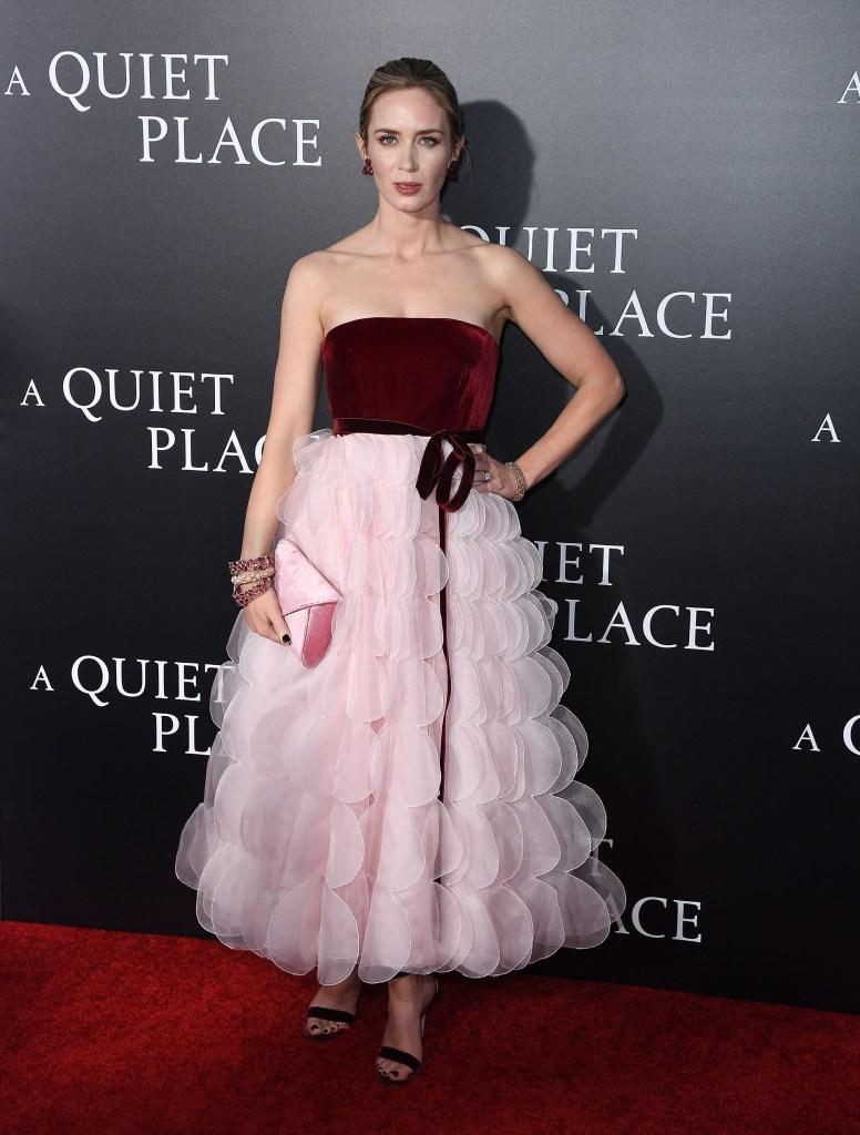 Emily Blunt optó por un look delicado vestido strapless en terciopelo y falda midi de organza de la firma Oscar de la Renta