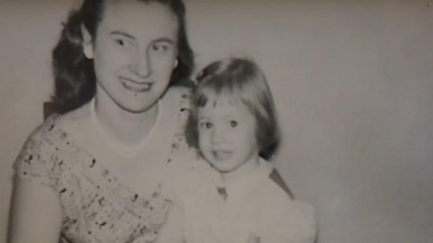 Louise Pietrewicz con una pequeña Sandy Blampied