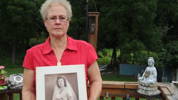 Sandy Blampied con la fotografía de su madre, Louise Pietrewicz. Estuvo 52 años buscándola sin saber qué había ocurrido con ella