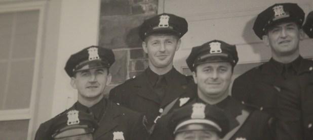 En el centro, arriba, William P. Boken, el oficial de policía que asesinó y enterró a Louise Pietrewicz en su vivienda de Long Island