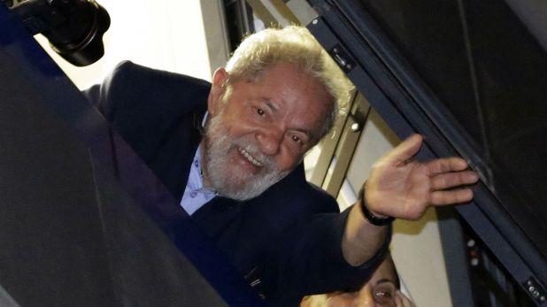 Lula saluda a los simpatizantes desde la sede del sindicato metalúrgico en São Bernardo do Campo (AP)