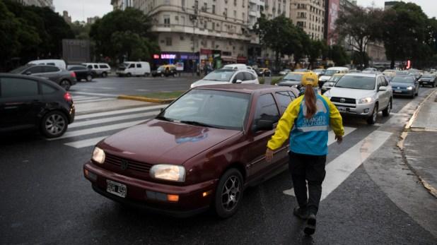 Una agente de tránsito ordenando hoy eltránsito en el centro porteño. (Adrián Escandar)