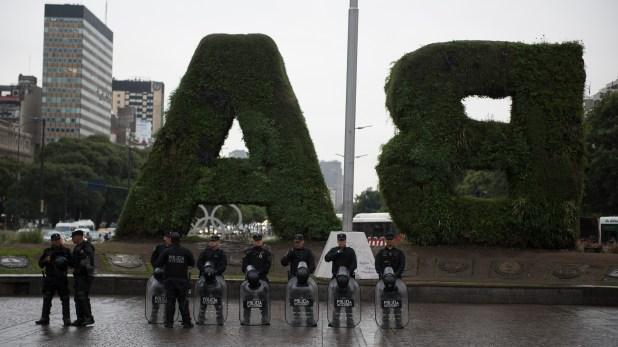 Policía de la Ciudad custodiaba las inmediaciones del Obelisco en el marco de una jornada de paros, cortes y movilización (Adrián Escandar)