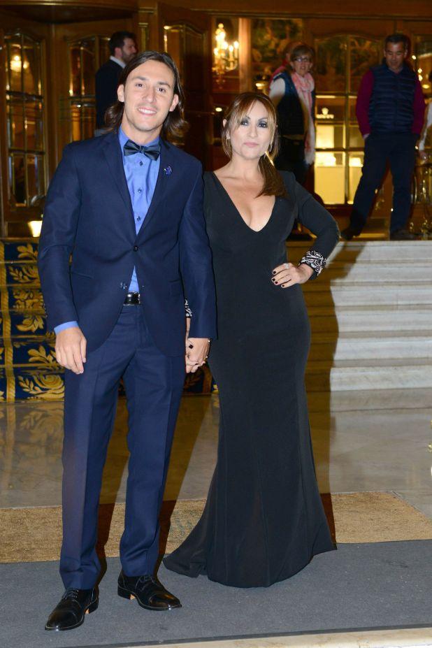 Marcela Tauro con un diseño de Ana Pugliesi y su novio. (Foto GENTE/Diego Soldini)