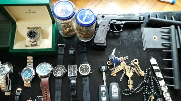 Algunos de los objetos secuestrados de la casa de Pachelo, en el barrio porteño de Retiro