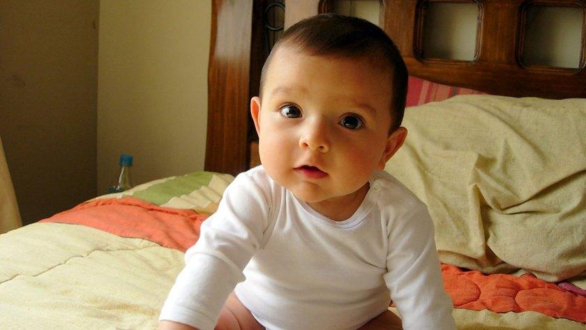 Seutilizó la tecnología de seguimiento ocular para medir los movimientos del ojo del bebé para poder determinar si el tiempo dedicado a mirar una de las caras variaba de acuerdo con la voz que escuchaban