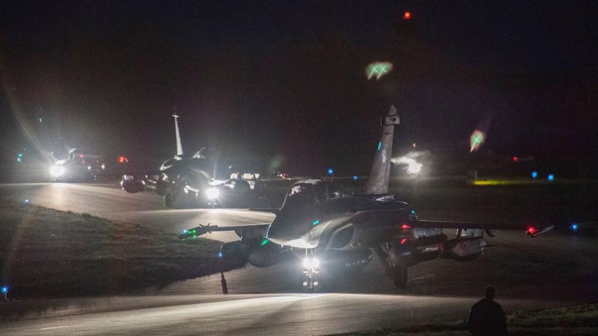 Un caza francés Rafale se prepara para el despegue(Reuters)