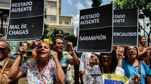 Los venezolanos sufren el estado sanitario precario en el país (AFP)