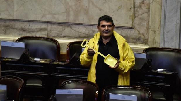 """Alfredo Olmedo llegó bien temprano al recinto, con una pala """"para los vagos"""" (Foto: A. Escandar)"""